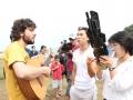 Praia de Santos, SP, com grupo musical da Coréia do Norte.